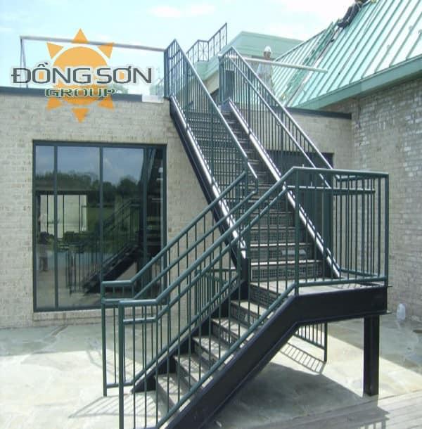 Cầu thang sắt.